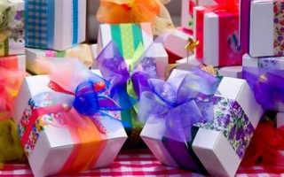 Что подарить на свадьбу недорого: идеи скромных но милых подарков