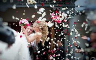 Лепестки роз на свадьбу: в декоре, в церемониях, в украшениях