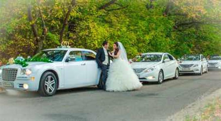 Свадебный кортеж с главной машиной Крайслер 300С и несколькими одинаковыми машинами для гостей (напрмер Хендай Соната) белого цвета - идеальное решение для любых молодоженов, by swadba36.ru