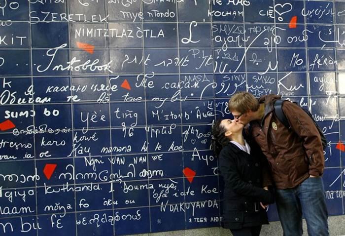 Стена любви на Монмартре в Париже