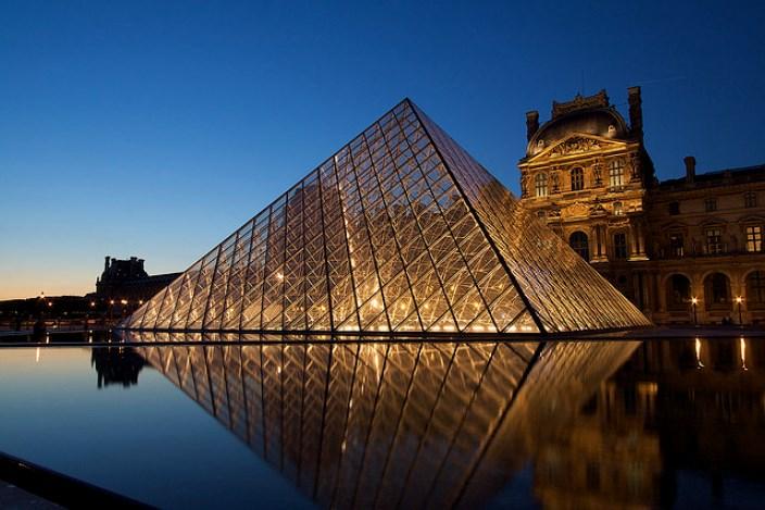 Старинный Лувр и современная пирамида Парижа