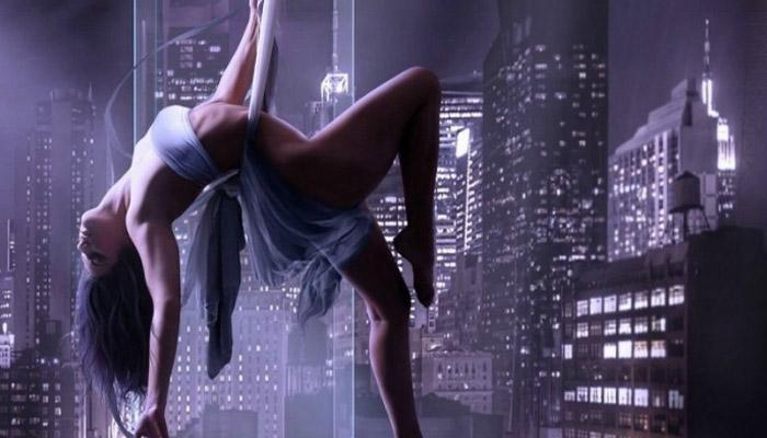 Девушка танцует стриптиз
