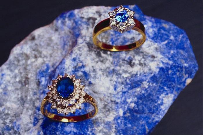 Обручальные кольца с сапфиром – атрибут юбилея свадьбы