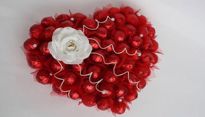 Сердце из конфет в подарок юбилярам благодатной свадьбы