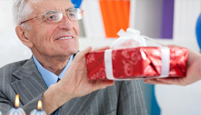 Супруг принимает подарок к 75 годовщине свадьбы