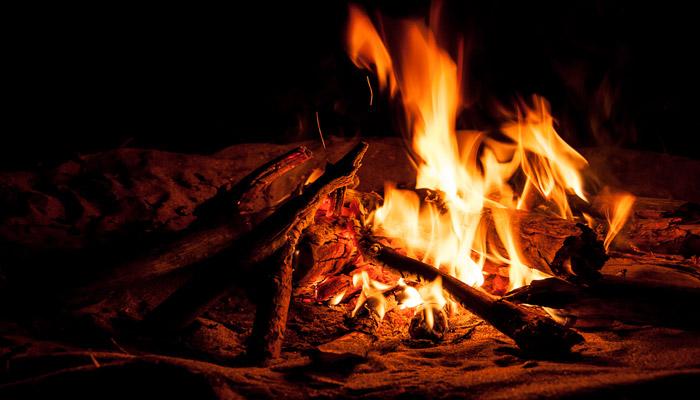 Ритуал сжигания старых вещей в день цинковой свадьбы