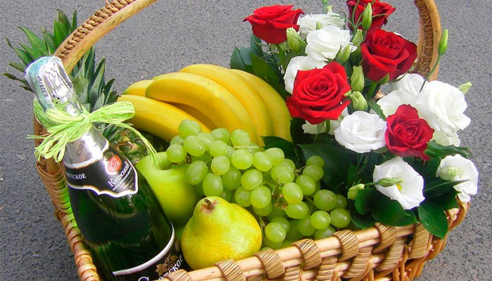 Корзина с цветами и фруктами для подруги на девичник
