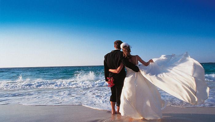 Молодожены в свадебном путешествии у мороя
