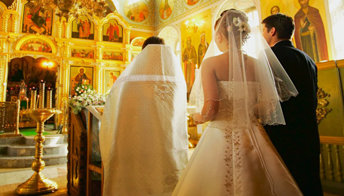Жених и невеста проходят обряд