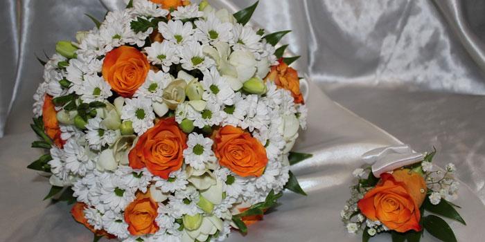 Свадебный букет из ромашек и роз