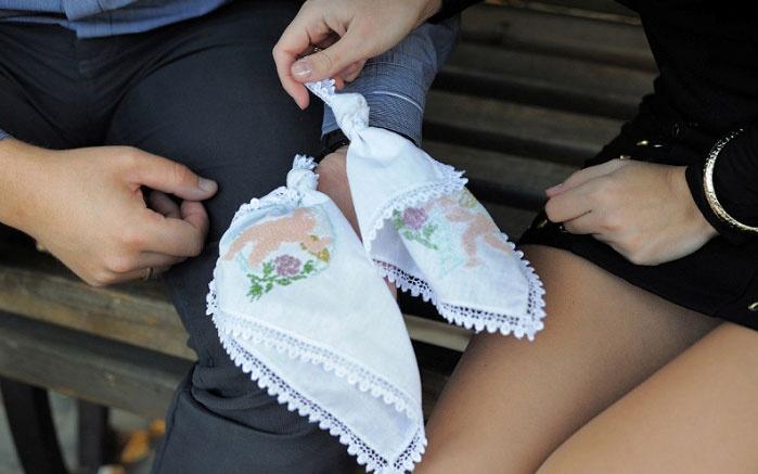 Традиционный для ситцевой свадьбы обряд завязывания узелков