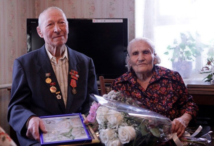 Коронные супруги принимают поздравления от родных