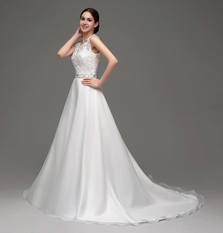 Платье из атласа со шлейфом