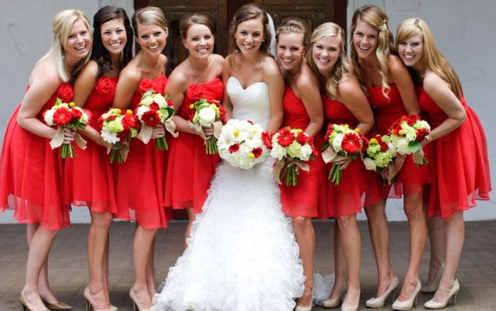 Примеры нарядов дружек невесты в красном цвете