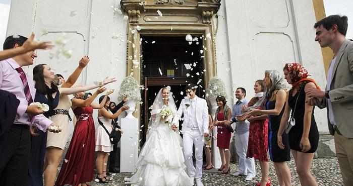 Новобрачные выходят из церкви