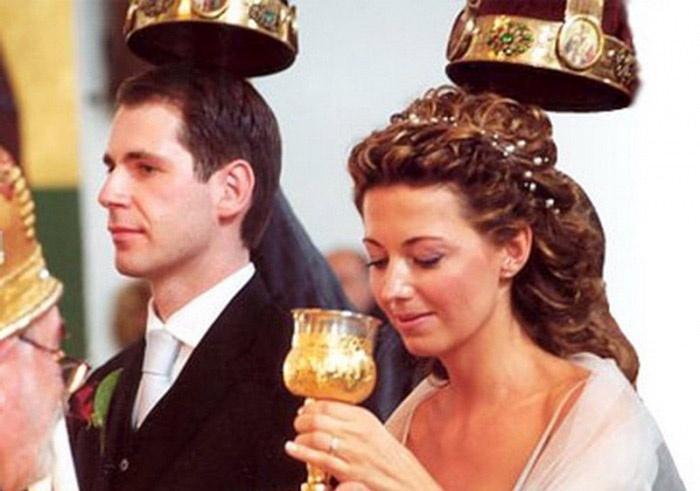 Невеста пьет из чаши общения