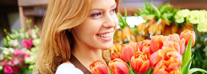 Флорист подбирает свадебные цветы
