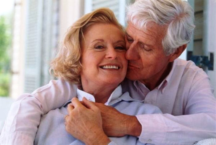 Муж говорит жене теплые слова на годовщину