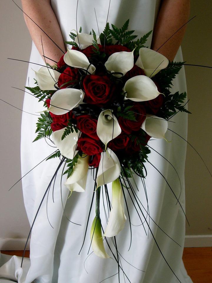 Каскадный букет из красных роз и белых калл