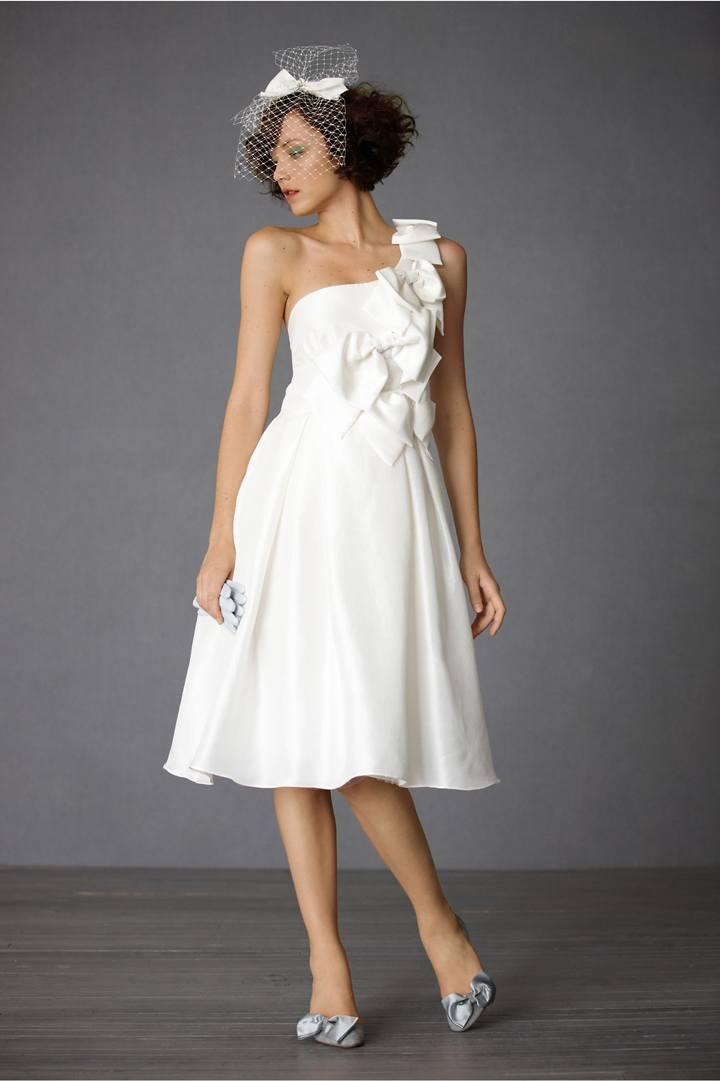 Модель платья с толстой бретелей и бантом