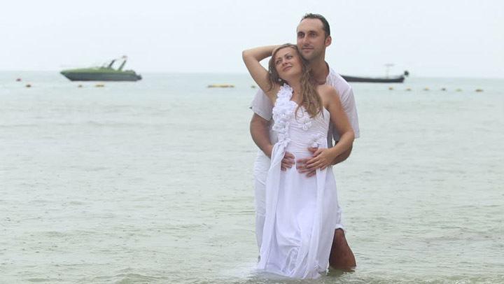 Жених и невеста позируют фотографу
