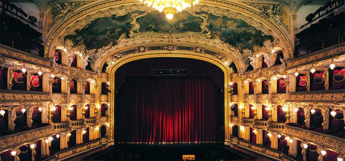 Бархатный интерьер театра