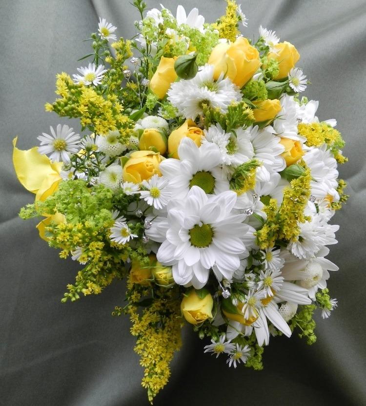 Красивый свадебный букет с мимозой