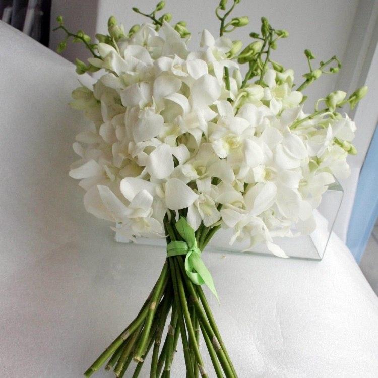 Классический свадебный монобукет из белых орхидей