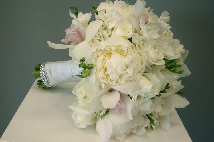 Букет из пеонов, роз и орхидей украшенный шелковыми лентами, стразами и зеленью