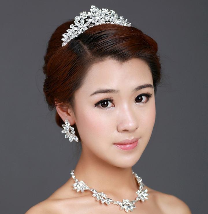 Прическа с диадемой-короной и собранными сзади волосами