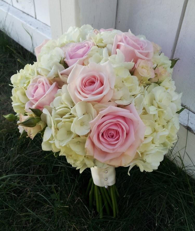Букет на собственных ножках из белой гортензии и роз