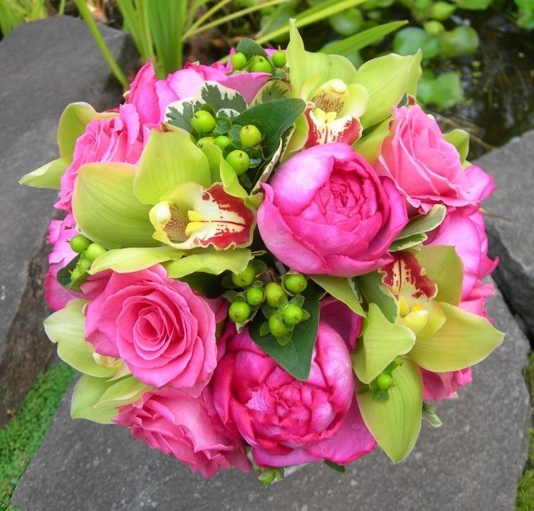 Комбинация роз и зеленых орхидей
