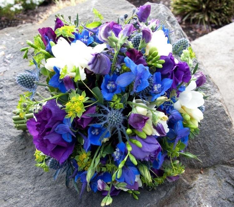 Сочетание синего, белого и фиолетового. Оригинальное дополнение – веточка чертополоха