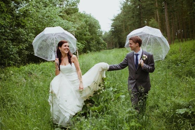 Свадьба под дождем в лесу