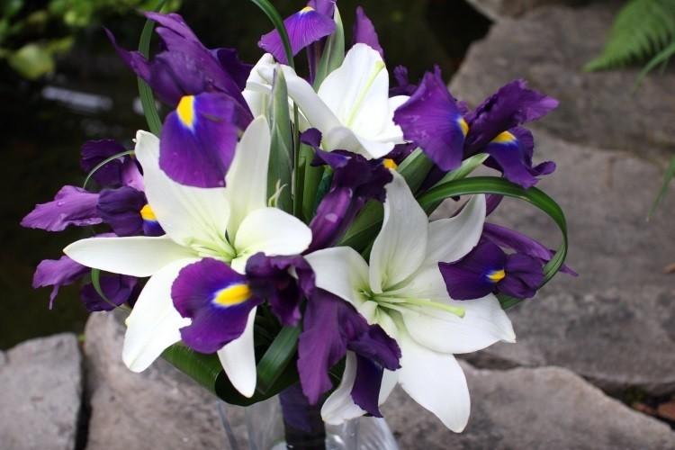 Сочетание фиолетовых ирисов с белыми лилиями