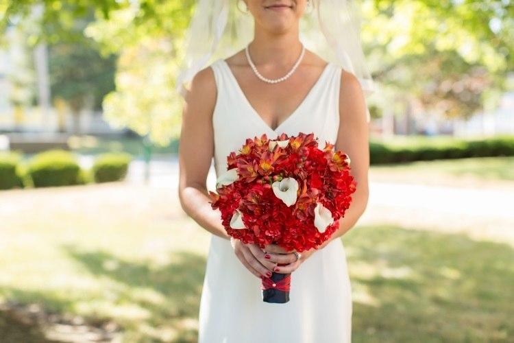 Сочетание белого классического платья и красного букета