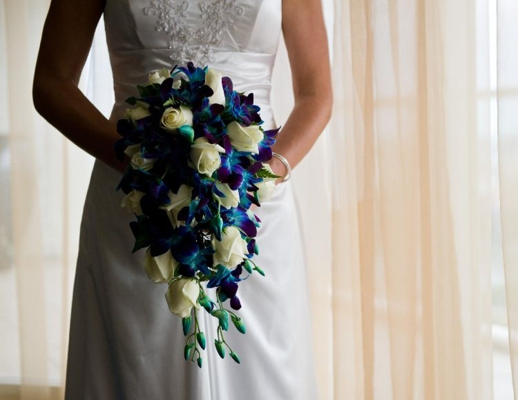 Сочетание белого классического платья и синего букета