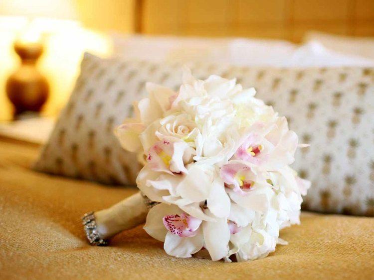 Монобукет из орхидей белых и с розовым оттенком