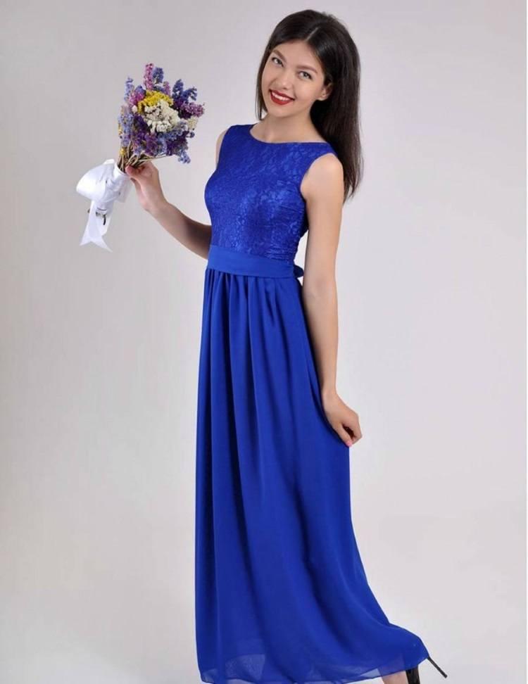 Сочетание синего платья и букета