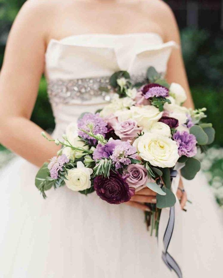 Кустовые розы, лизиантусы, и лютики с зеленью в качестве украшения
