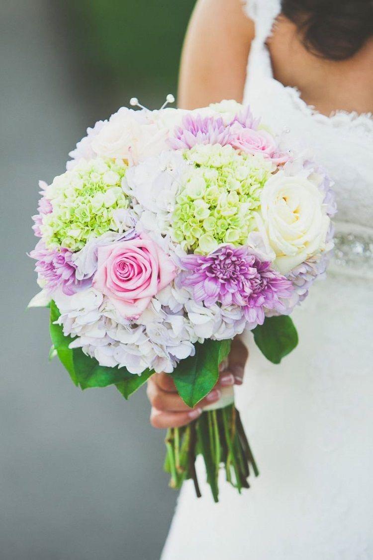 Букет с хризантемами и розами