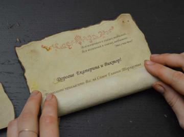 Оформление приглашения на пергаментном свитке