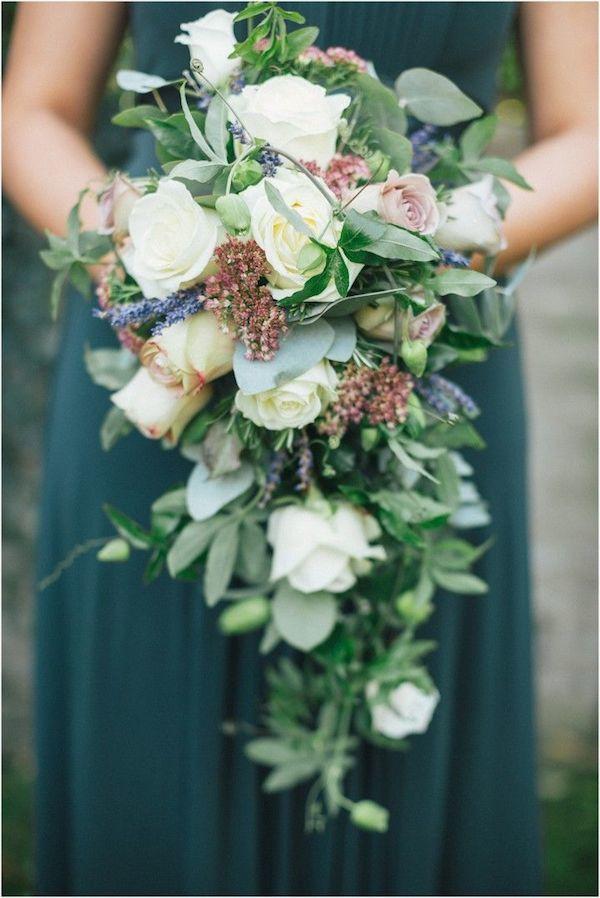 Каскадный букет невесты с розами