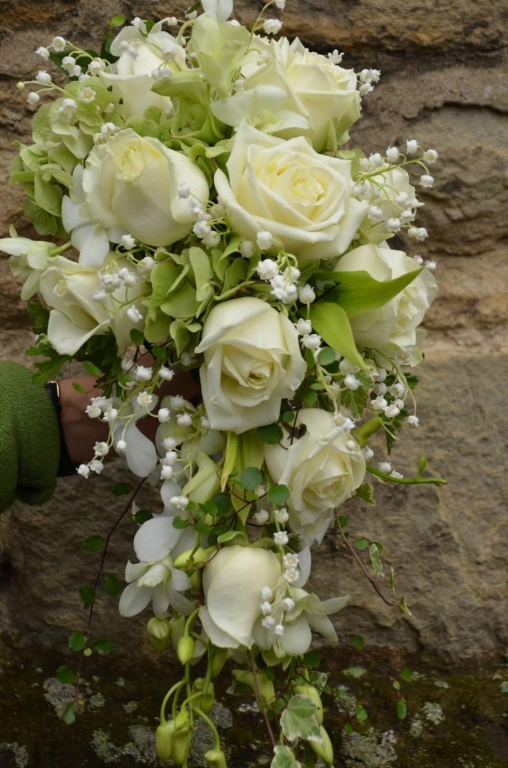 Белый каскадный букет с розами и колокольчиками