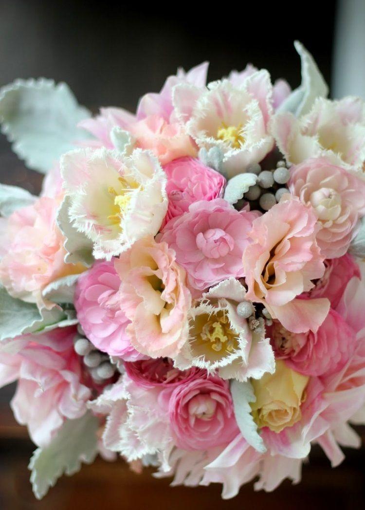 Сочетание лютика с тюльпанами, лизиантусами, георгинами и розами