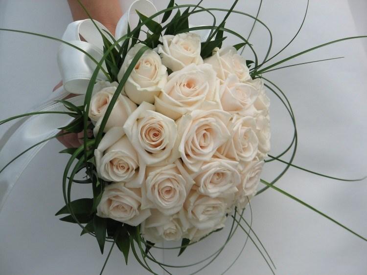 Монобукет из роз, украшенных зеленью с белой шелковой лентой
