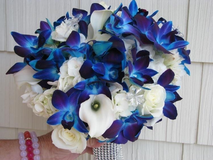 Букет с синими орхидеями