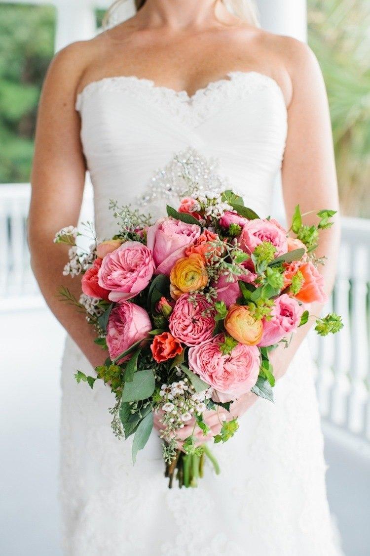 Розовые пионы и жёлтые лютики