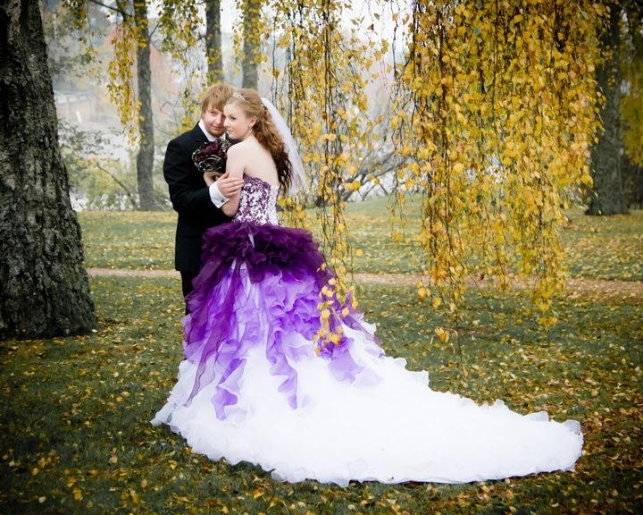 Свадебное платье с фиолетовыми элементами