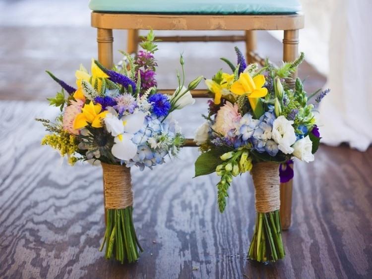 Два букета из полевых цветов